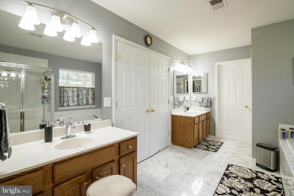 Master Bath with dual vanities - 15304 EGGLESTETTON CT, MANASSAS