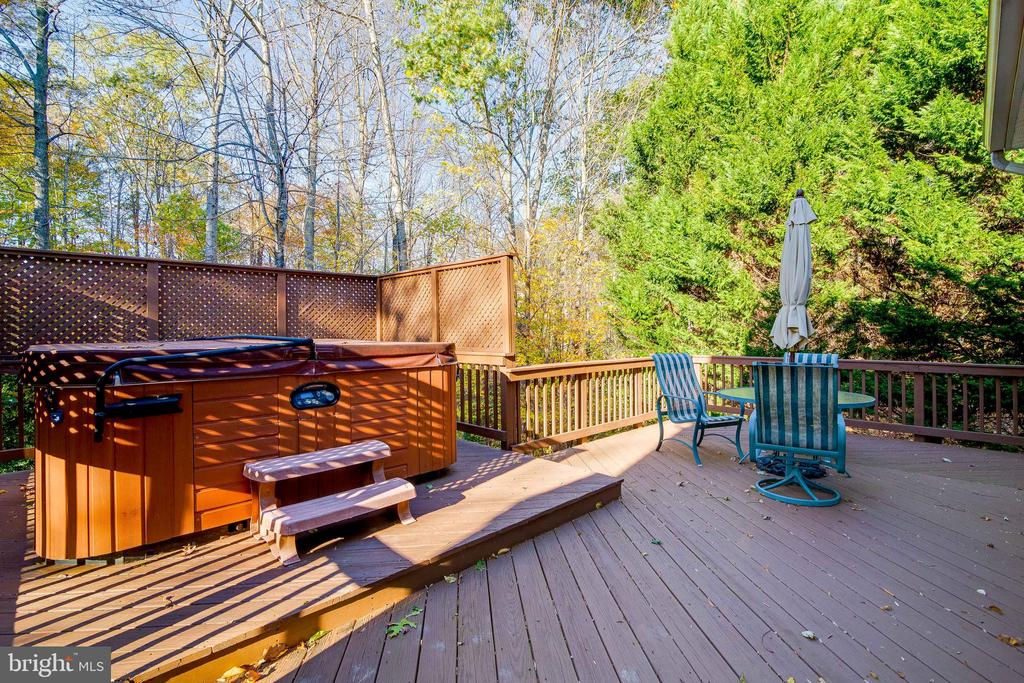 Deck with Hot Tub - 15304 EGGLESTETTON CT, MANASSAS