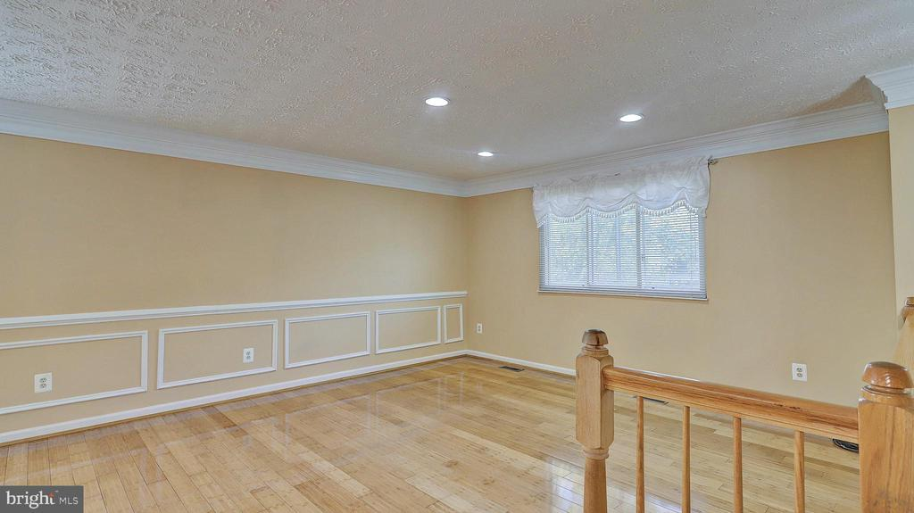 Living Room with Recessed Lights - 704 MORNINGSIDE CT, HERNDON