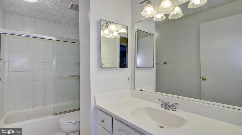 Main Level Bath - 704 MORNINGSIDE CT, HERNDON