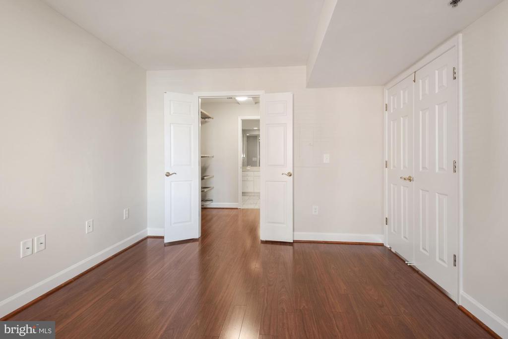 Spacious Second Bedroom - closet and bath beyond - 1276 N WAYNE ST #807, ARLINGTON