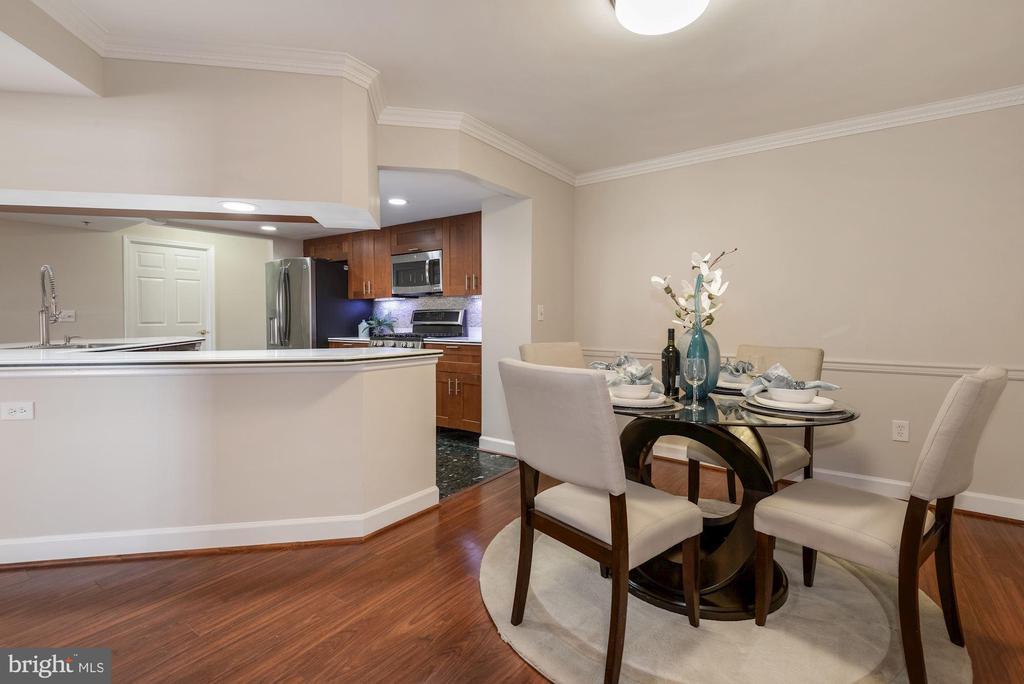 Dining Room adjacent to Kitchen and Living Room - 1276 N WAYNE ST #807, ARLINGTON
