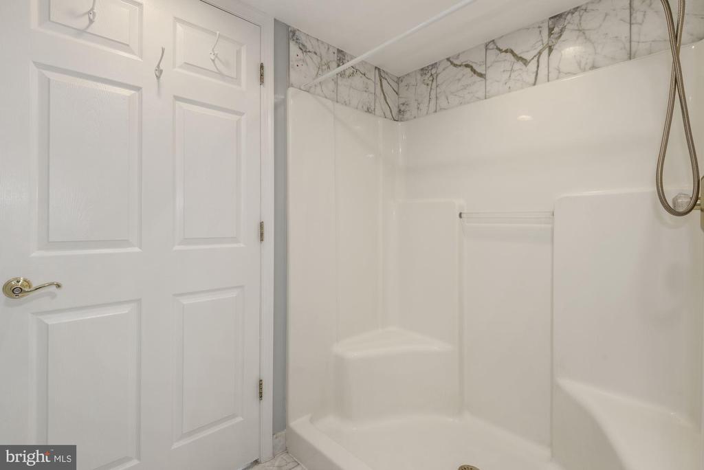Second Bath with walk-in shower - 1276 N WAYNE ST #807, ARLINGTON