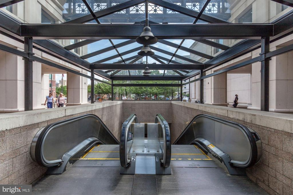 Just two blocks from Courthouse Metro escalator! - 1276 N WAYNE ST #807, ARLINGTON