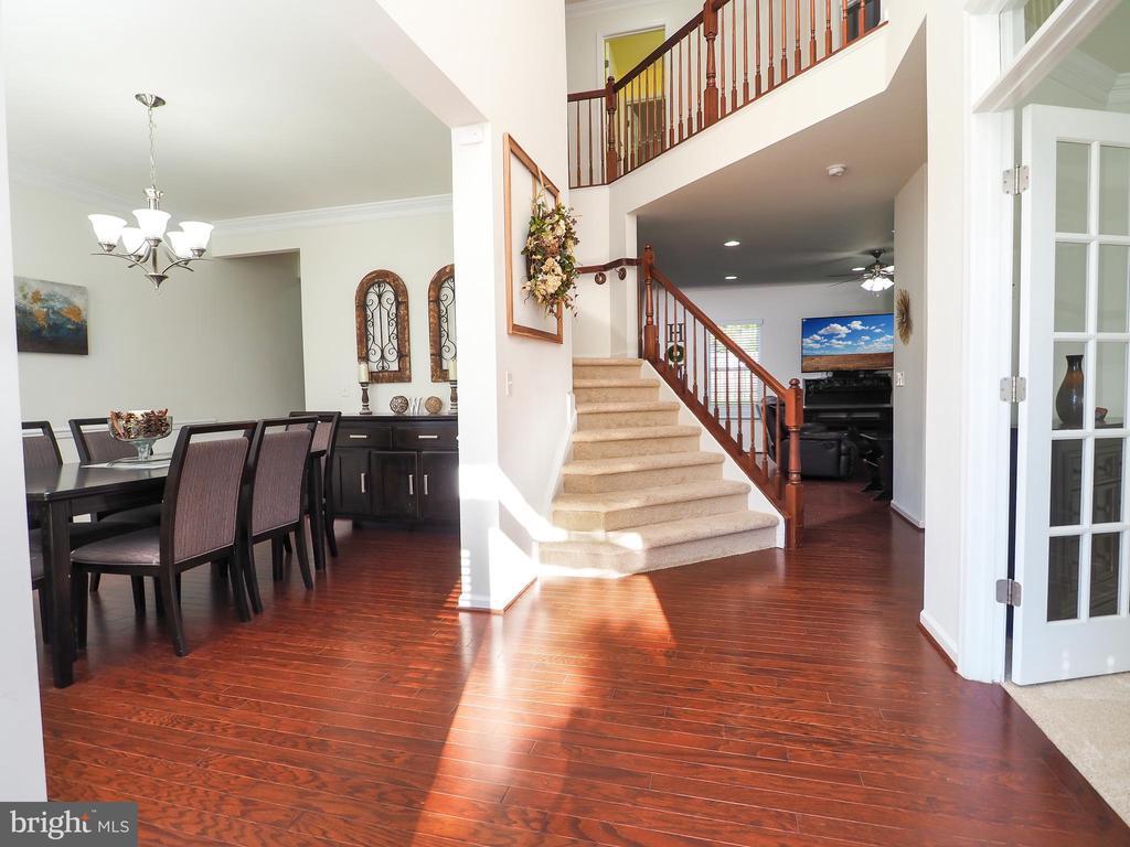Welcoming two-story entrance, hardwood floors - 14973 SPRIGGS TREE LN, WOODBRIDGE