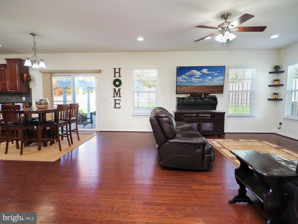 Kitchen, casual dining, family room combo - 14973 SPRIGGS TREE LN, WOODBRIDGE