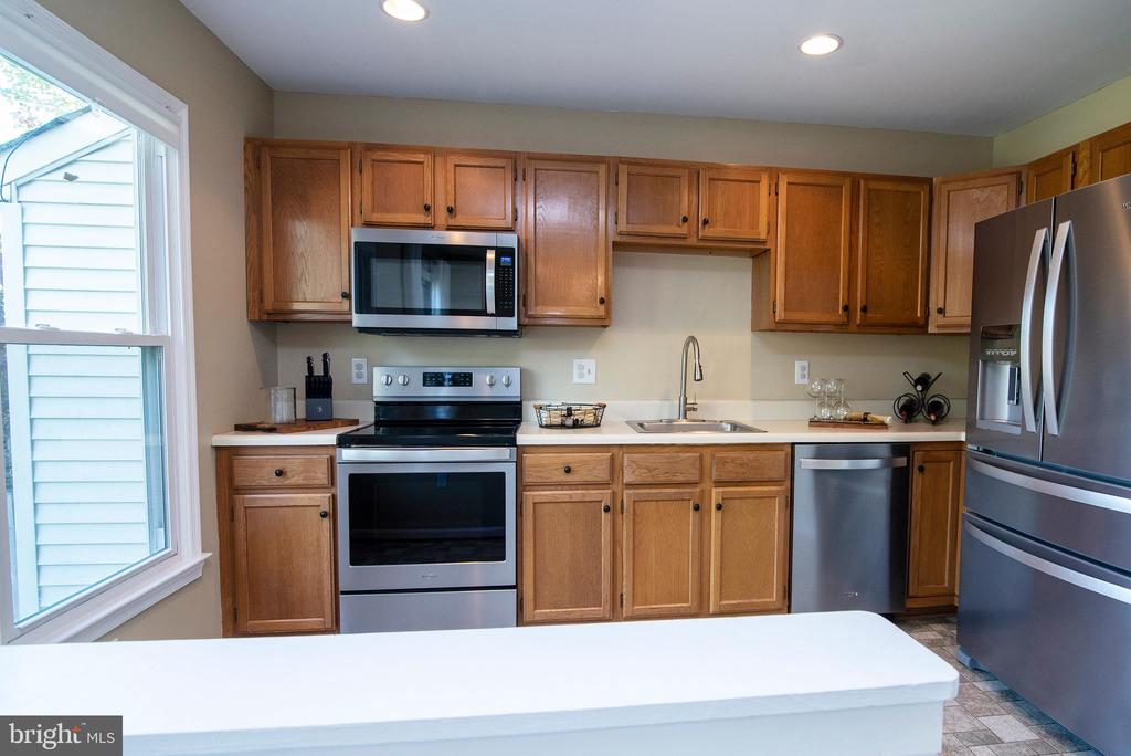 Natural light makes kitchen seem even larger! - 102 TWIN BROOK LN, STAFFORD