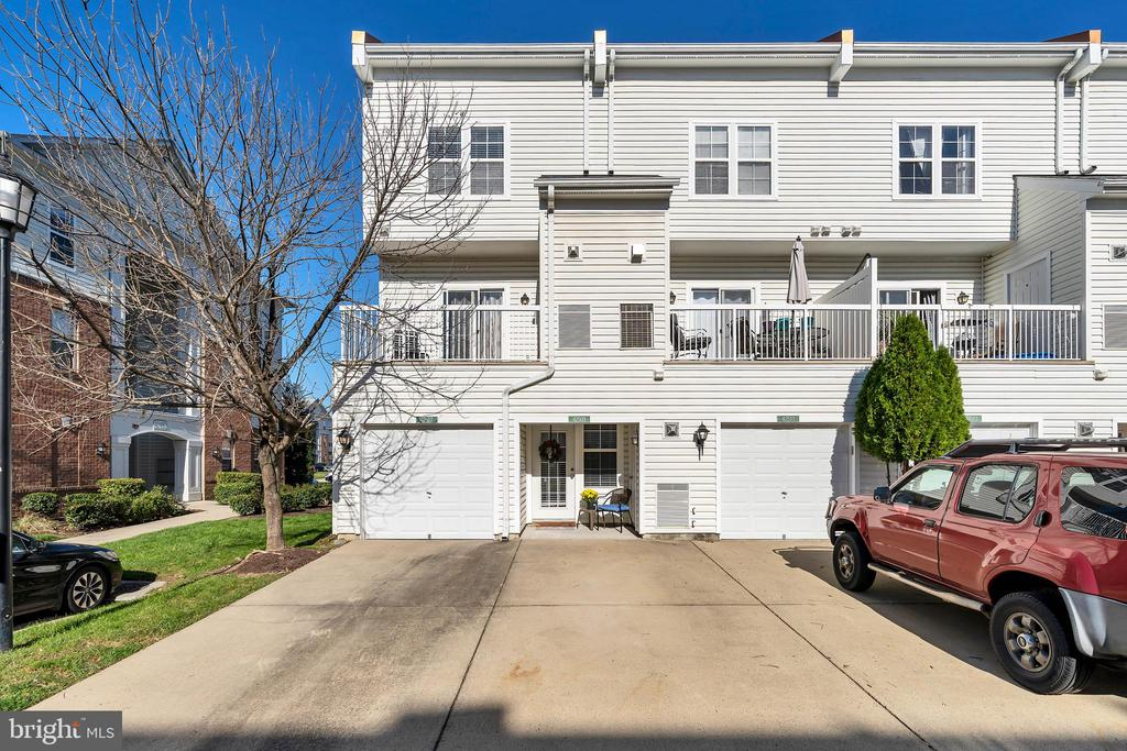 Rear of condo with private driveway - 42509 HOLLYHOCK TER, BRAMBLETON