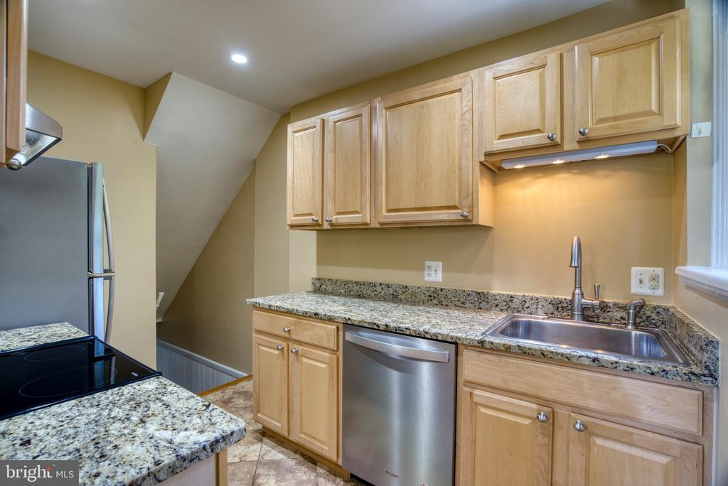 Granite... Hardwood cabinets. - 4819 27TH RD S #2503, ARLINGTON