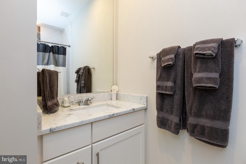 Full bath to the 2nd bedroom - 821 N WAKEFIELD ST, ARLINGTON