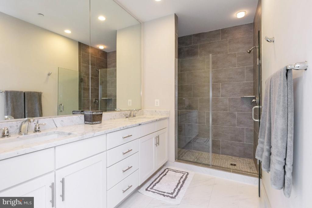 Full bath off 3rd bedroom or 2nd master suite - 821 N WAKEFIELD ST, ARLINGTON