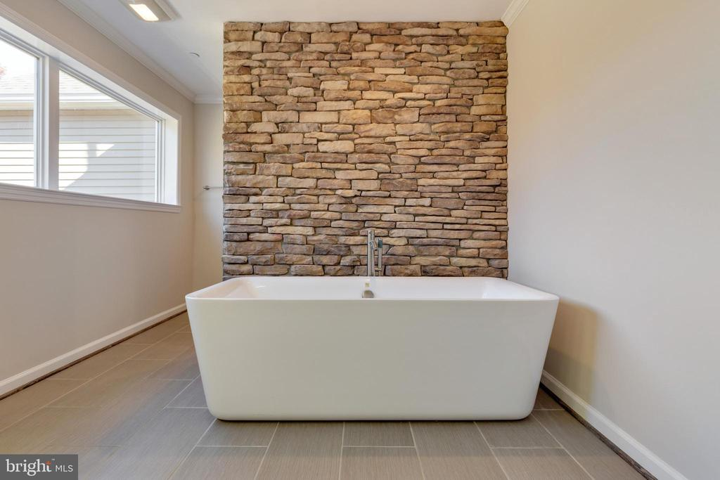 Soaking Tub with Decorative Stone Wall - 14233 PARIS BREEZE PL, HILLSBORO