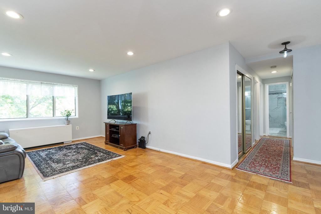 Hardwood flooring in living room - 200 N MAPLE AVE #607, FALLS CHURCH