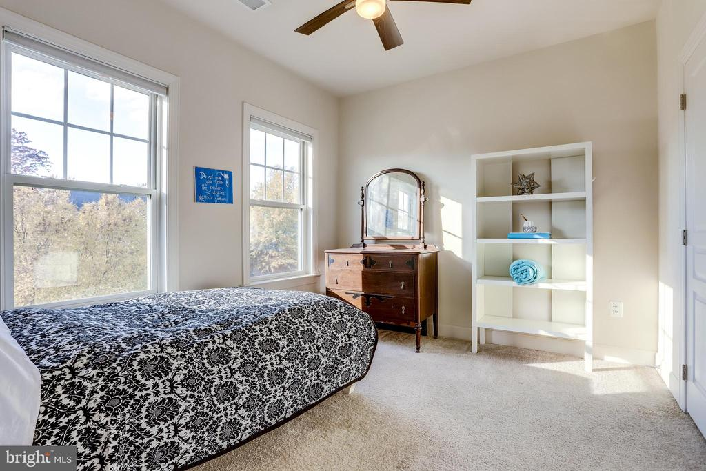 All bedrooms have ceiling fans/lights - 100 PEARL ST, HERNDON