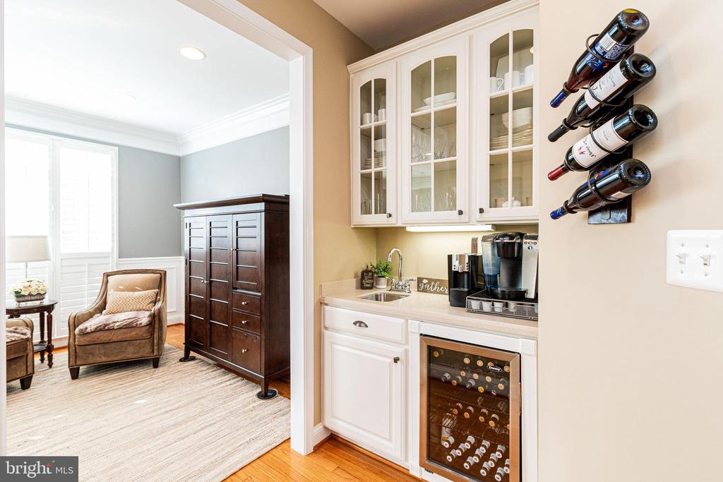 Wet bar w/beverage cooler - 4023 QUIET CREEK DR, FAIRFAX