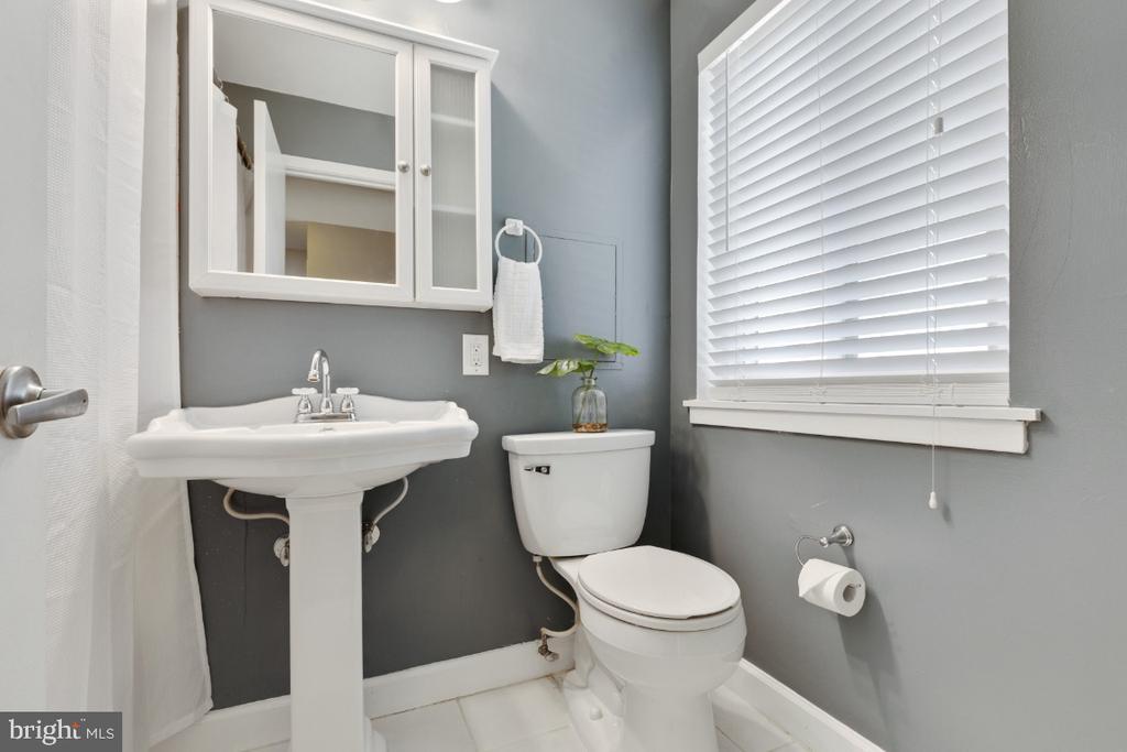 Upper level, updated full bath - 2828 JERMANTOWN RD #51, OAKTON