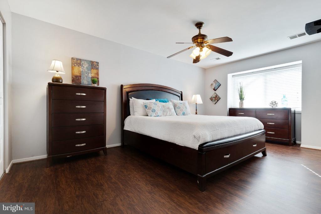 Sunlit primary bedroom - 2828 JERMANTOWN RD #51, OAKTON