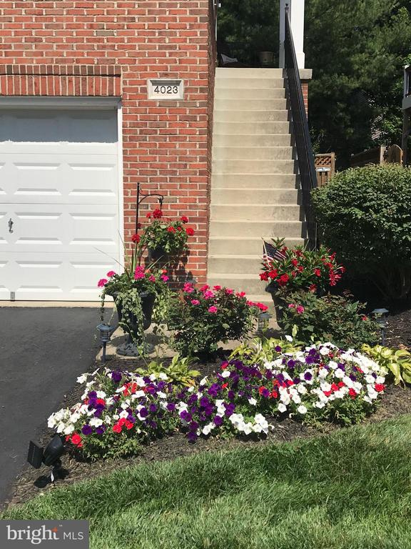 Freshly planted flowers! - 4023 QUIET CREEK DR, FAIRFAX