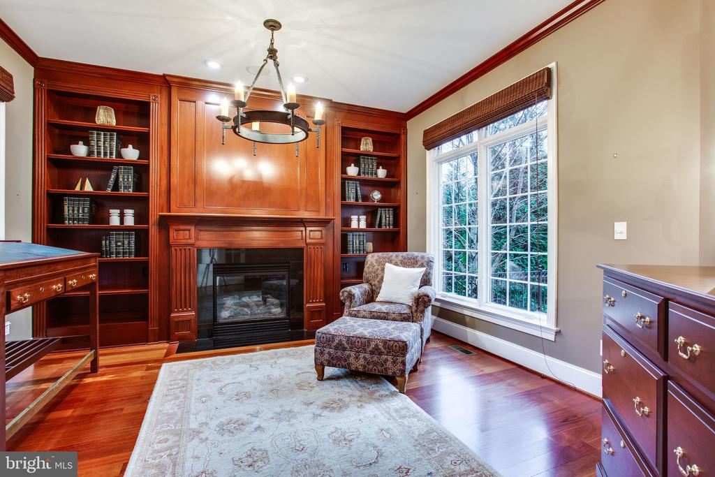 Cherry paneled Library - 10464 SPRINGVALE MEADOW LN, GREAT FALLS