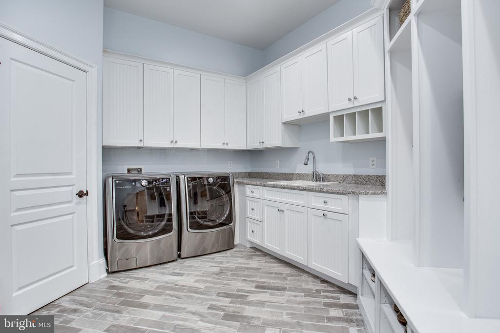 Mudroom & Laundry w/ laundry chute - 10464 SPRINGVALE MEADOW LN, GREAT FALLS