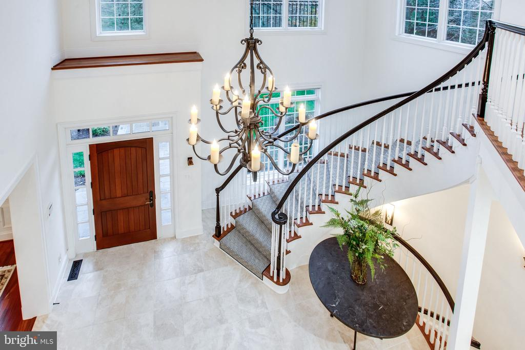 Beautiful curved floating staircase - 10464 SPRINGVALE MEADOW LN, GREAT FALLS