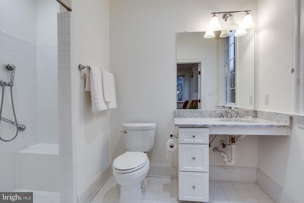ADA compliant bathroom - 10464 SPRINGVALE MEADOW LN, GREAT FALLS