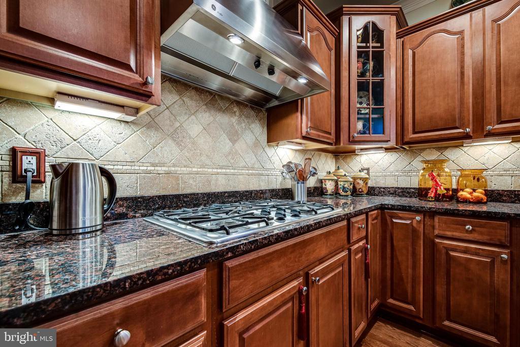 Kitchen includes 5 burner gas stove - 5408 BANTRY CT, WOODBRIDGE