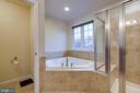 Separate soaking tub - 5408 BANTRY CT, WOODBRIDGE