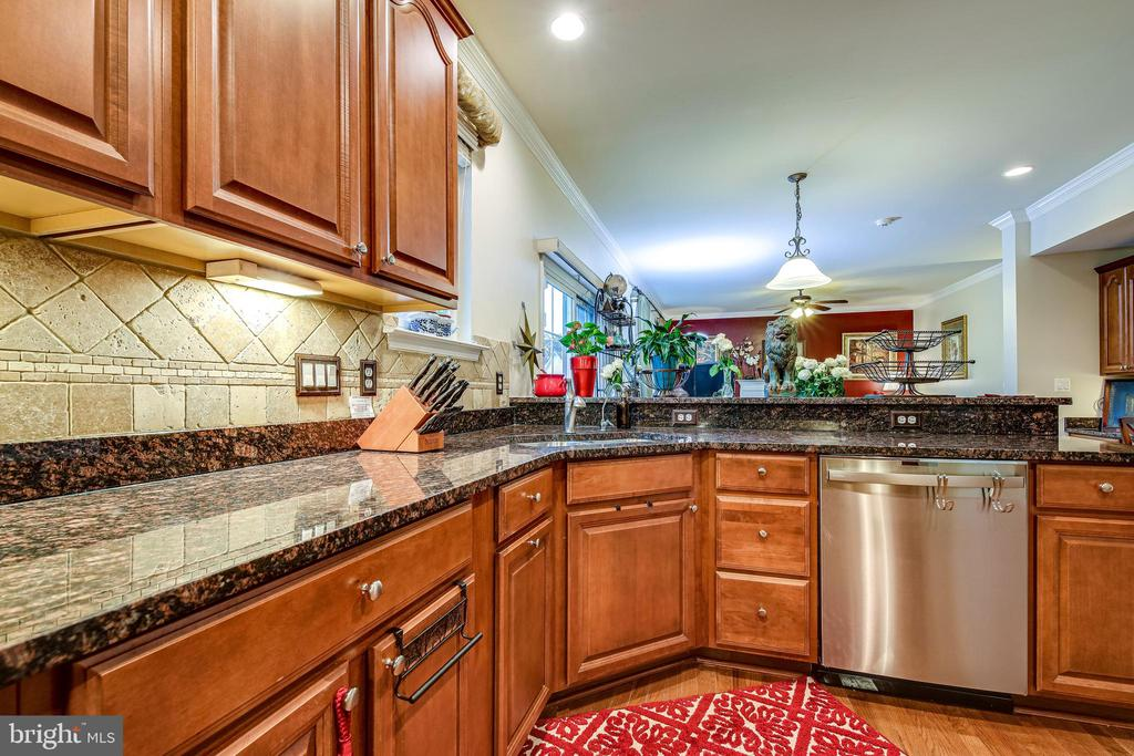 Kitchen has granite counter tops - 5408 BANTRY CT, WOODBRIDGE