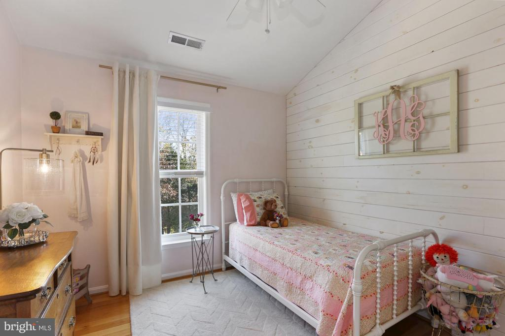 Custom shiplap wall*wood floors - 43669 SCARLET SQ, CHANTILLY