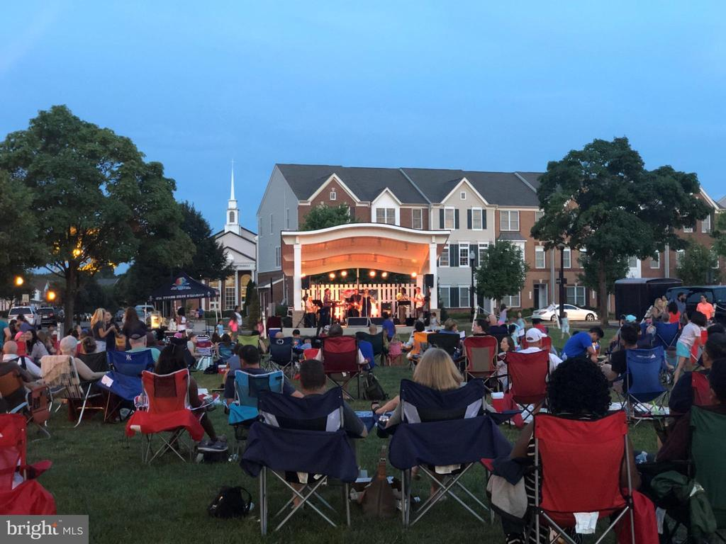 Town Green hosts music*movies*Kids activities - 43669 SCARLET SQ, CHANTILLY
