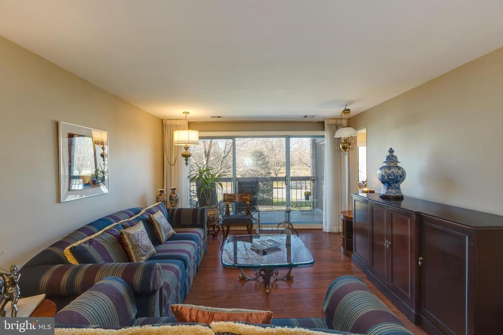 *Freshly painted living/family room - 3031 BORGE ST #212, OAKTON
