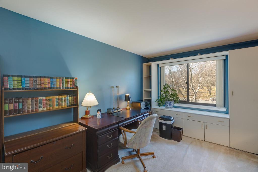 *Oversized bedroom with 2 large closets - 3031 BORGE ST #212, OAKTON