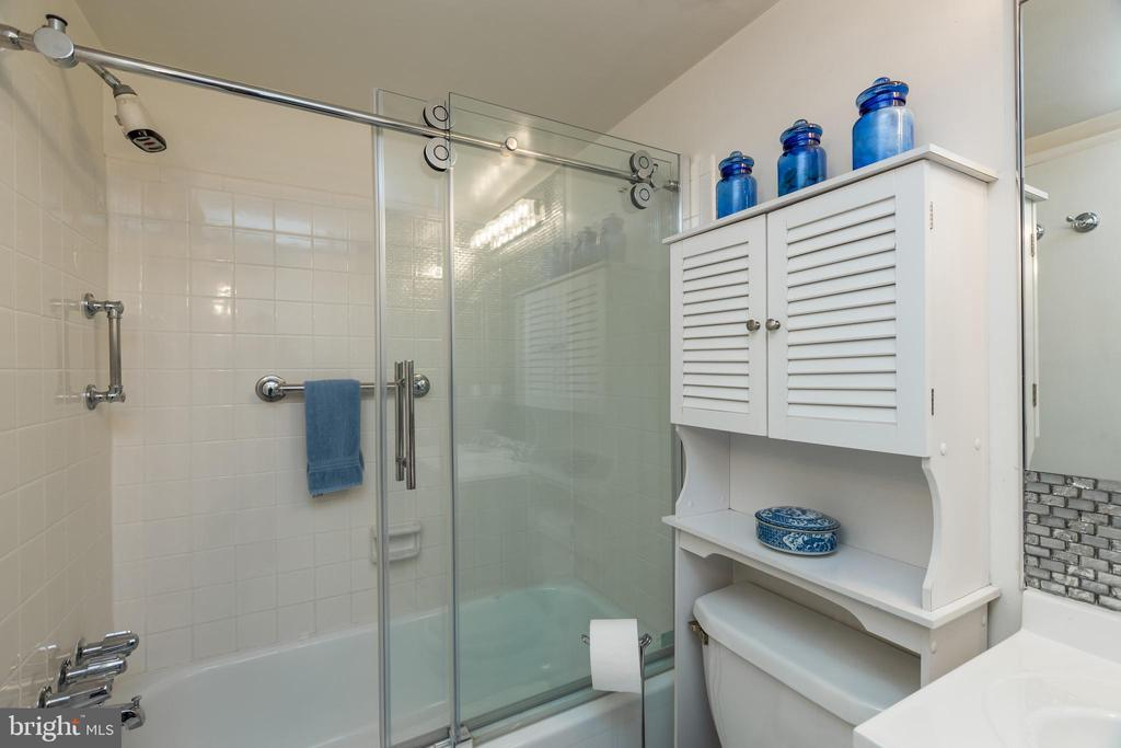 *Seamless sliding shower doors - 3031 BORGE ST #212, OAKTON