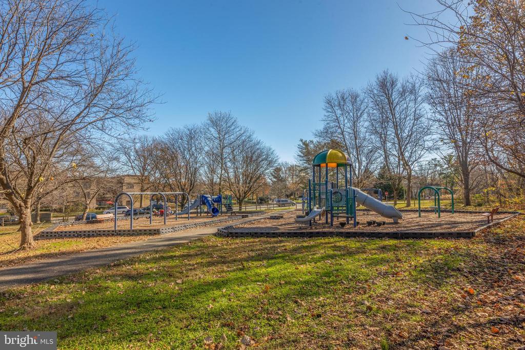 *Amazing playground - 3031 BORGE ST #212, OAKTON