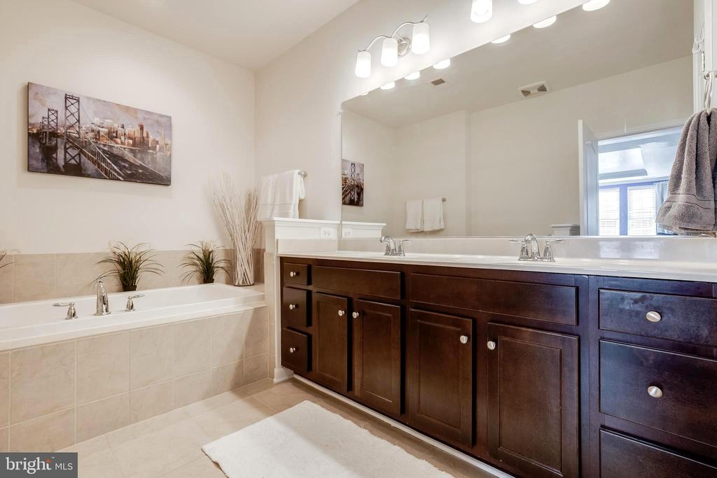 Primary bathroom with soaking tub - 44021 VAIRA TER, CHANTILLY