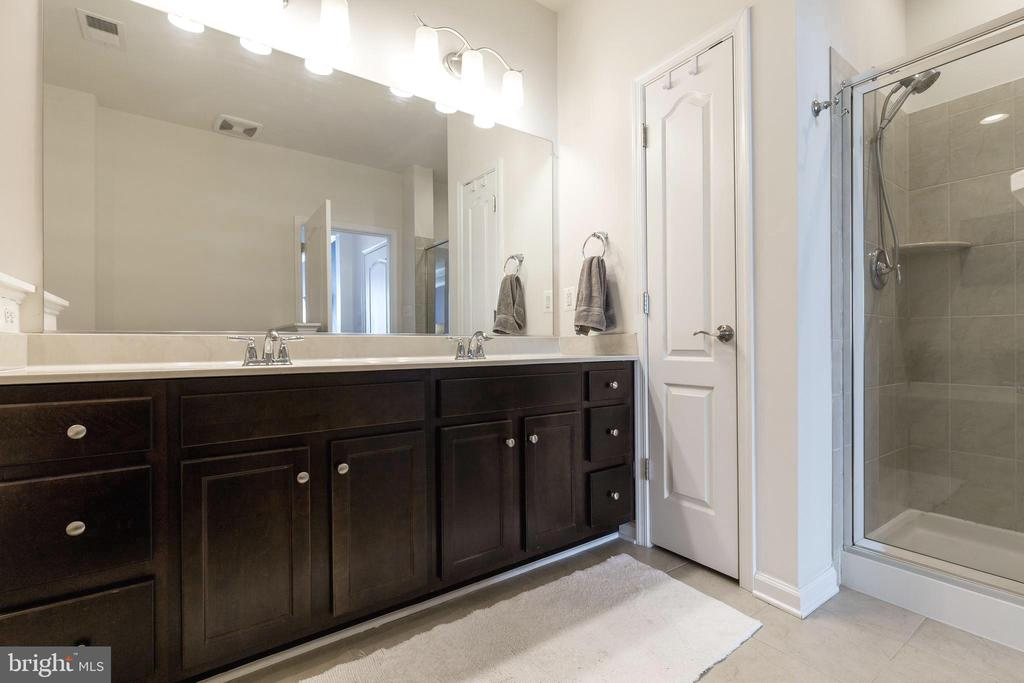 Double vanity and walk in shower in  primary bath - 44021 VAIRA TER, CHANTILLY
