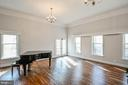 Great Room with HW Flrs, Crown Molding - 5040 CANNON BLUFF DR, WOODBRIDGE