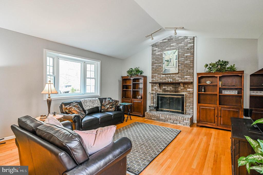 Family Room w/ Wood Burning Fireplace - 5040 CANNON BLUFF DR, WOODBRIDGE