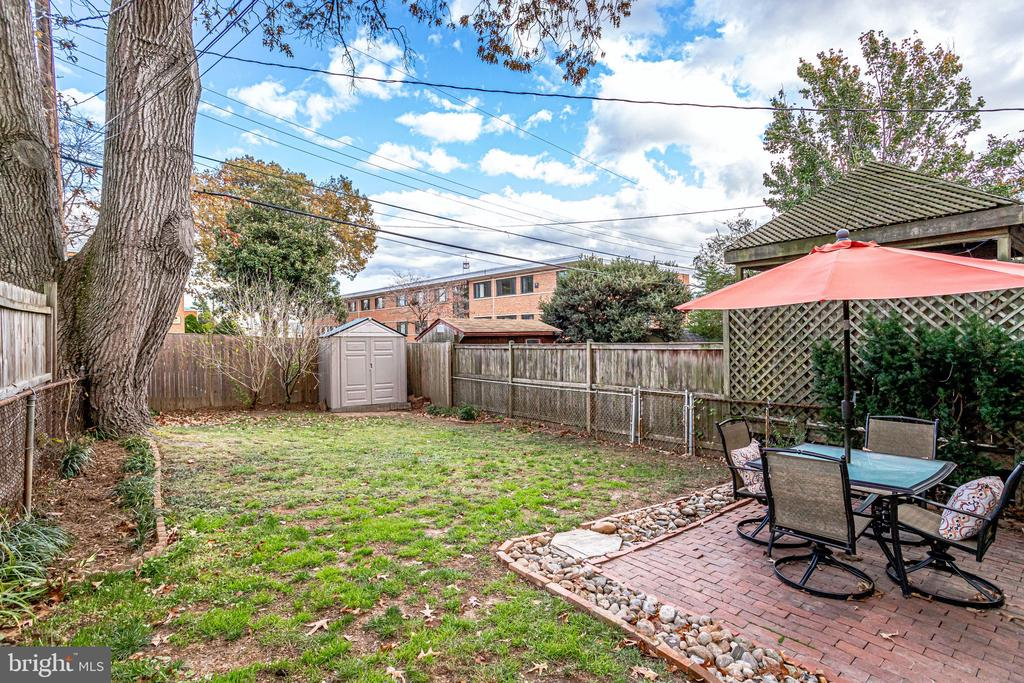 Lots of grass to play - 501 S VEITCH ST, ARLINGTON