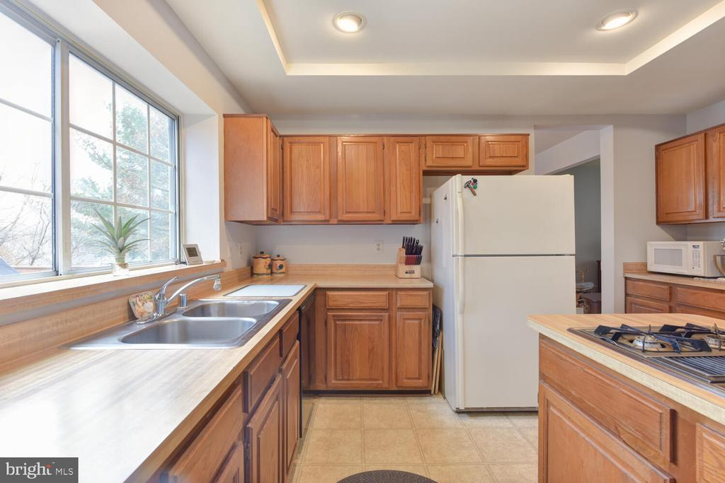 Kitchen with island - 1334 CASSIA ST, HERNDON