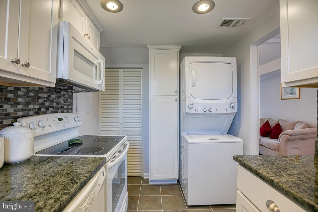 Kitchen with laundry! - 2923 S DINWIDDIE ST, ARLINGTON