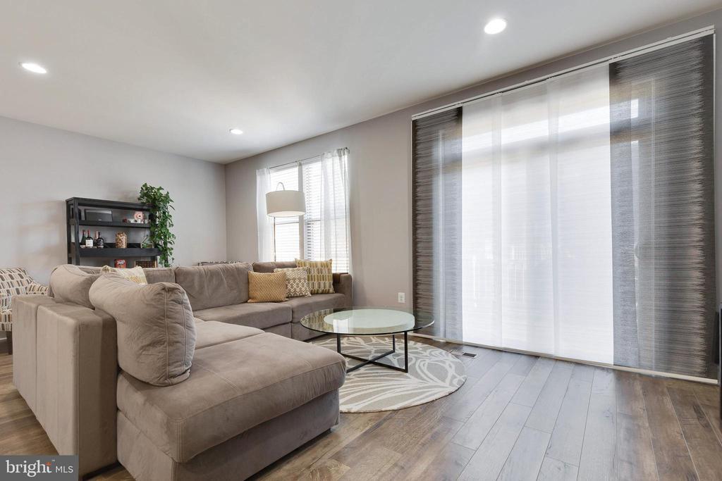 Living Room walks-out to Deck - 10517 RATCLIFFE TRL, MANASSAS