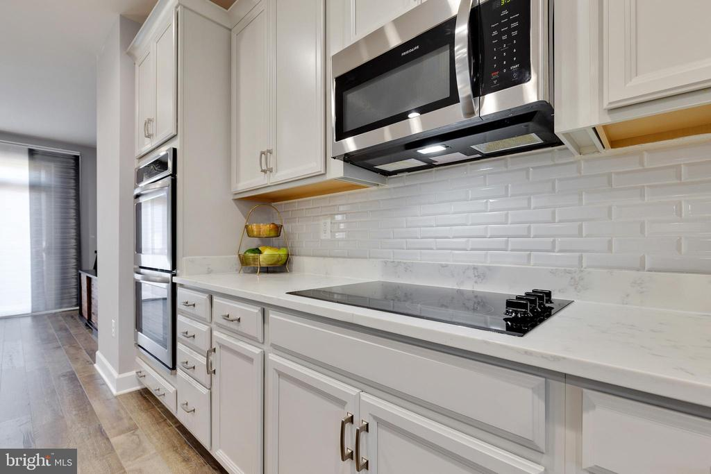 Cooktop and Built-in Microwave - 10517 RATCLIFFE TRL, MANASSAS
