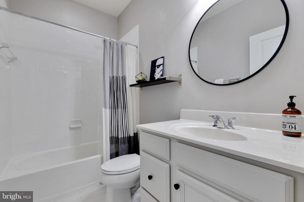 Upper Level Full Bath - 10517 RATCLIFFE TRL, MANASSAS