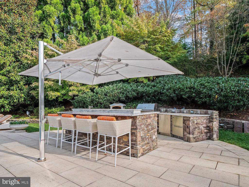 Full Outdoor Kitchen & Bar - 6827 SORREL ST, MCLEAN