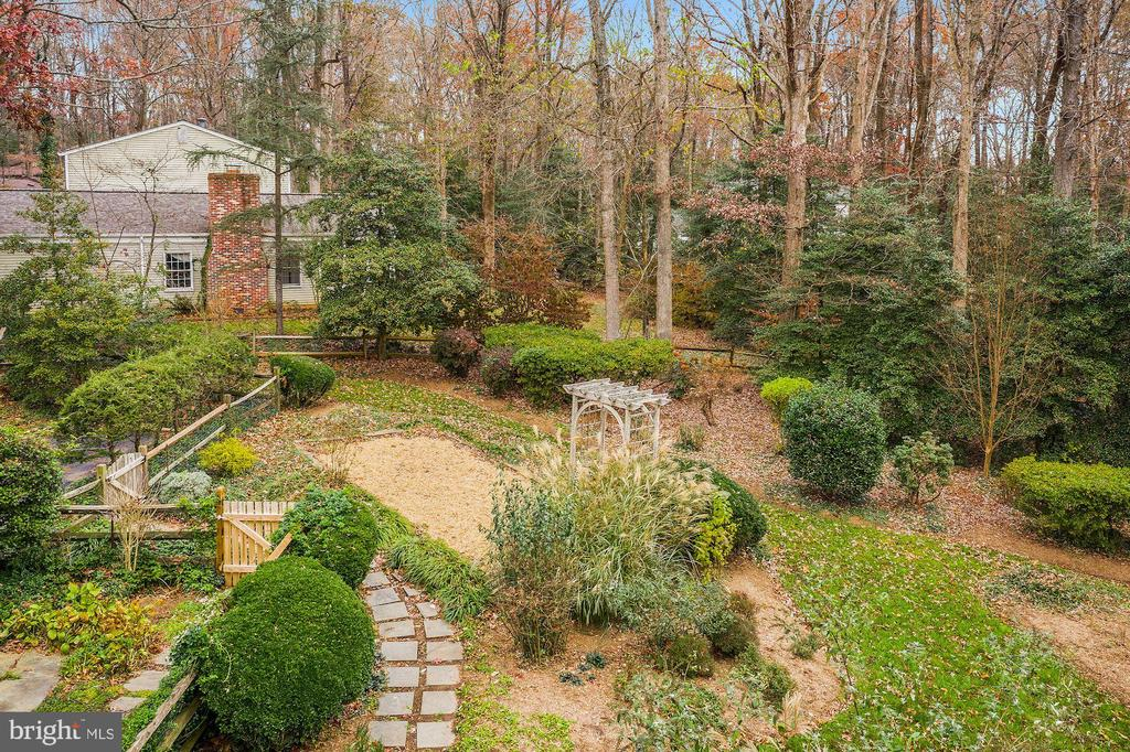 Extensive and carefully designed gardens - 2605 SOAPSTONE DR, RESTON
