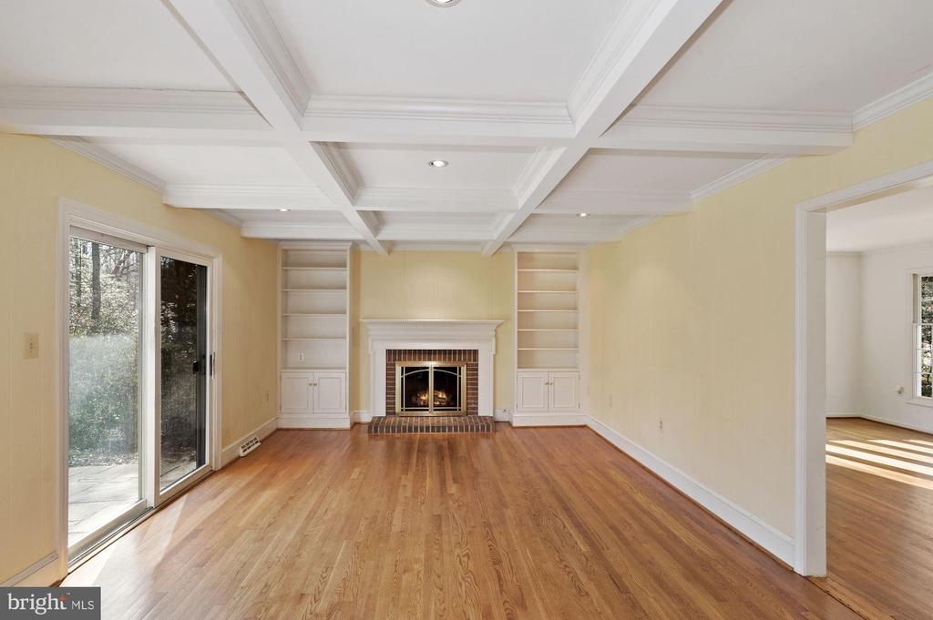 Custom ceiling, bookshelves & fireplace. - 2605 SOAPSTONE DR, RESTON