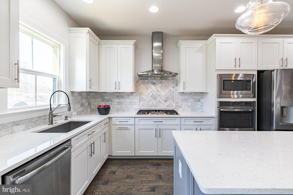 Quartz counter tops are primarily white with grey - 3167 VIRGINIA BLUEBELL CT, FAIRFAX