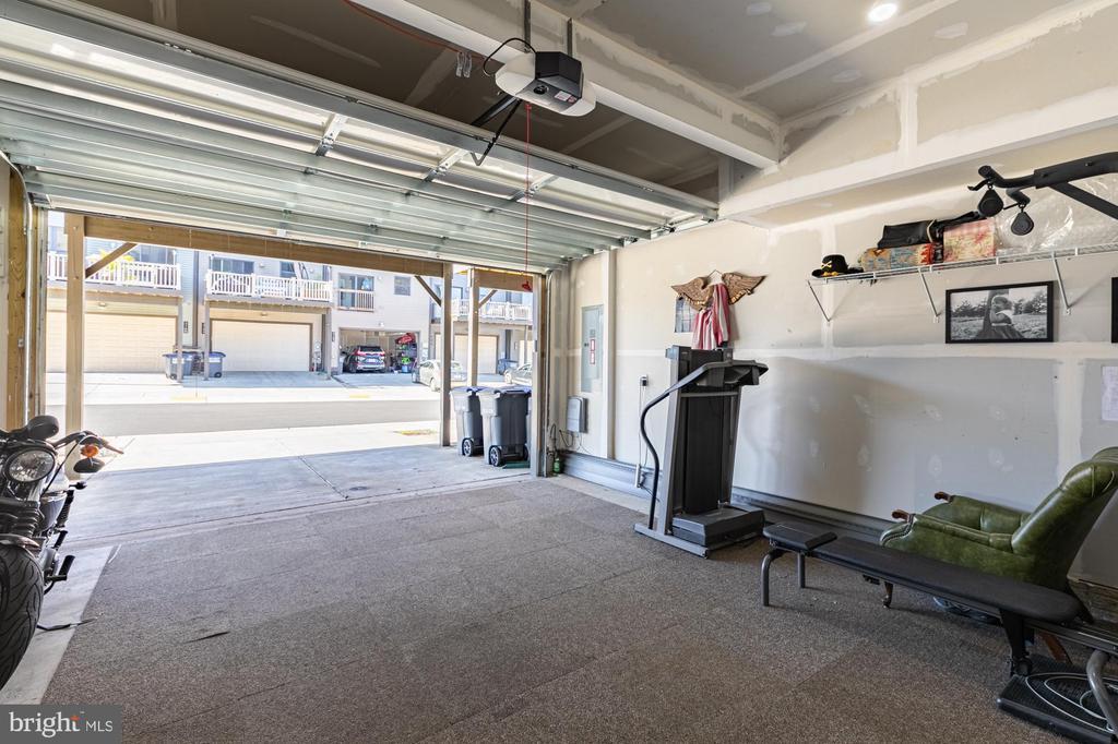 Super sized 2 car garage with quiet close door - 3167 VIRGINIA BLUEBELL CT, FAIRFAX